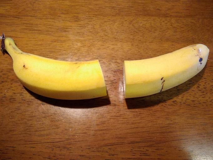 半分に切ったバナナ